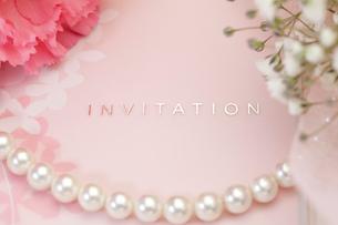 招待状とパールのネックレスの写真素材 [FYI01601408]