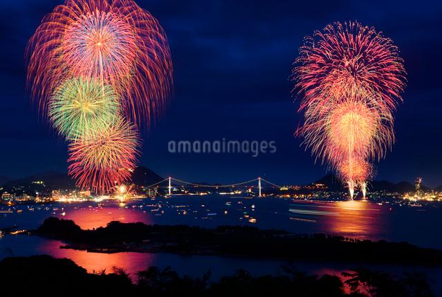 海峡花火大会 (関門海峡花火大会)の写真素材 [FYI01601432]