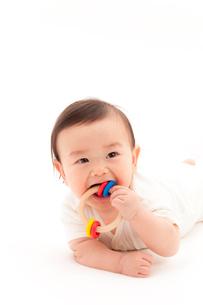 おしゃぶりをする赤ちゃんの写真素材 [FYI01601440]