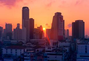 夕日の沈むバンコクの町並みの写真素材 [FYI01601447]