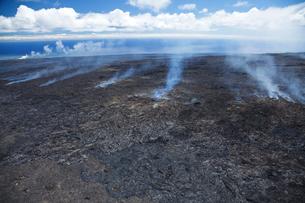 溶岩から立ち昇る煙の写真素材 [FYI01601482]