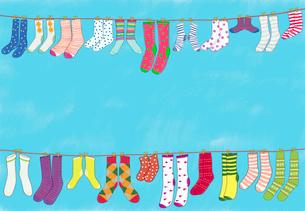 洗濯された色々な靴下のイラスト素材 [FYI01601509]