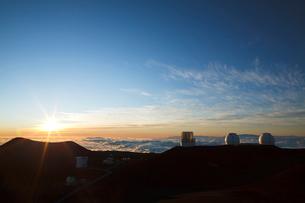 ハワイ島のマウナ・ケアの夕陽の写真素材 [FYI01601514]