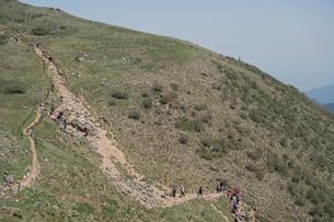 混雑する登山道の写真素材 [FYI01601516]