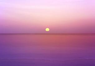 プーケット島スリンビーチに沈む夕陽の写真素材 [FYI01601541]