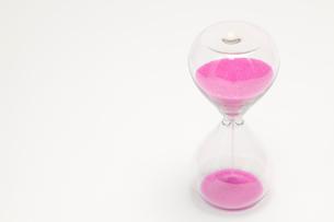 ピンク色の砂時計の写真素材 [FYI01601543]