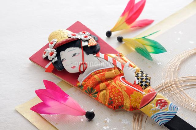 羽子板と羽根と金色の水引 正月イメージの写真素材 [FYI01601570]