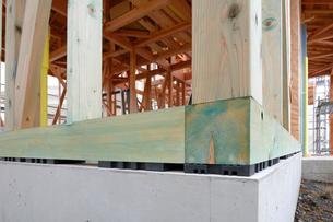 木造住宅の新築工事 ホウ酸を使いシロアリ対策された柱の写真素材 [FYI01601582]