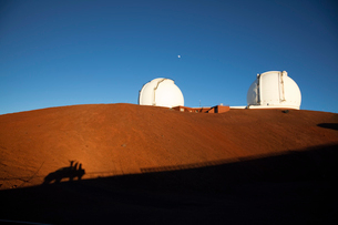 ハワイ島マウナケアのW・M・ケック天文台と人の影の写真素材 [FYI01601593]
