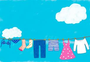 洗濯された色々な洋服のイラスト素材 [FYI01601596]