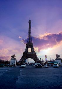 夕暮れのエッフェル塔の写真素材 [FYI01601658]