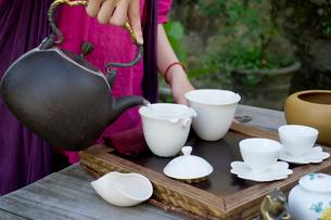 台湾茶を淹れる手の写真素材 [FYI01601711]