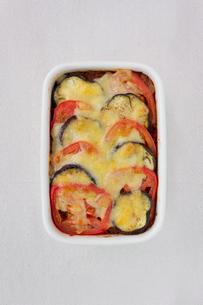 茄子とトマトのミートドリア弁当の写真素材 [FYI01601755]