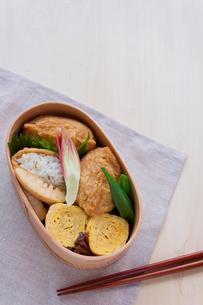 いなり寿司弁当の写真素材 [FYI01601882]