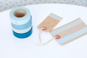 白いテープルと青いマスキングテープの写真素材 [FYI01601924]