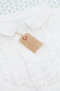 白いブラウスとタグの写真素材 [FYI01601936]