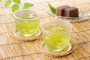 氷の入った冷茶と水ようかんの写真素材 [FYI01601981]