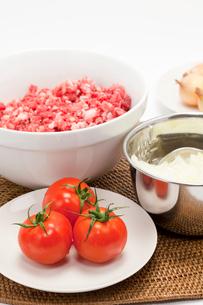 トマトと刻んだ玉ねぎと牛ひき肉の写真素材 [FYI01602025]