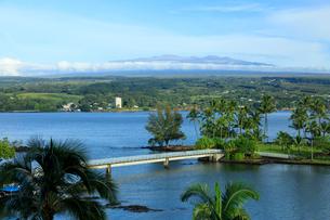 ハワイ島のココナッツアイランドとマウナケアの写真素材 [FYI01602132]