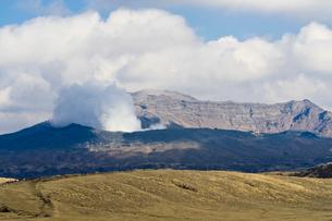 噴煙をあげる阿蘇山の写真素材 [FYI01602238]