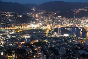 稲佐山展望台から望む長崎市の夜景の写真素材 [FYI01602268]