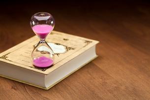 本(メモ帳)と砂時計の写真素材 [FYI01602396]