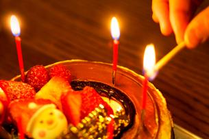 クリスマスケーキとロウソクの写真素材 [FYI01602556]