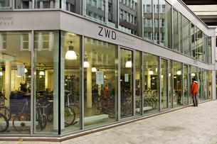 ドイツ鉄道 デュッセルドルフ中央駅に隣接する貸自転車の写真素材 [FYI01602670]