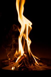 お盆の迎え火の写真素材 [FYI01602695]