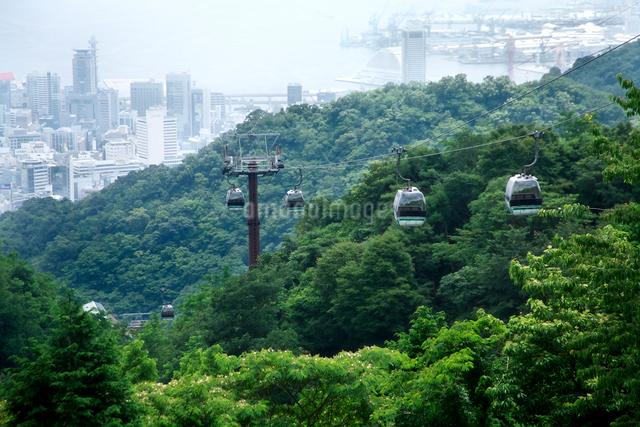 布引ハーブ園より望む神戸の町とロープウェイの写真素材 [FYI01602696]