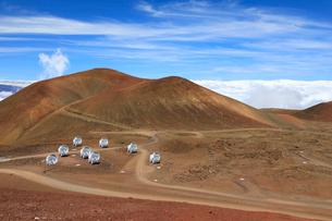 ハワイ島マウナケア山頂のサブミリ波干渉計の写真素材 [FYI01602707]