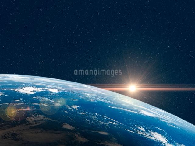 大気層の地球北半球に陽が差すのイラスト素材 [FYI01602759]