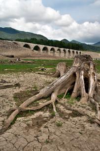 タウシュベツ川橋梁と糠平湖湖底の写真素材 [FYI01602786]