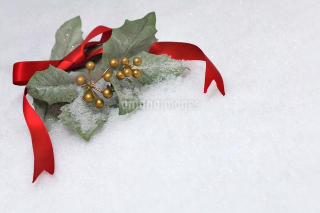 リボンとヒイラギの葉のクリスマスイメージの写真素材 [FYI01602862]