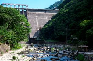 湯原ダムと旭川の写真素材 [FYI01602890]