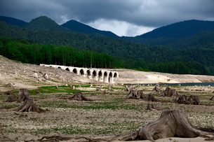 タウシュベツ川橋梁と糠平湖湖底の写真素材 [FYI01602892]