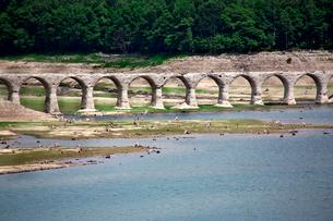 タウシュベツ展望台から望むタウシュベツ川橋梁の写真素材 [FYI01602932]