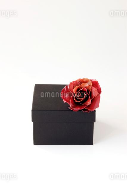 箱とバラのコサージュの写真素材 [FYI01602968]