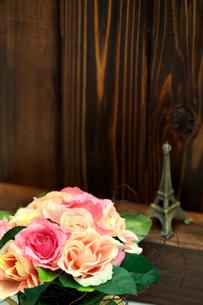 造花とミニチュアタワーの写真素材 [FYI01602993]