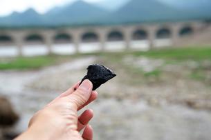 タウシュベツ川橋梁と糠平湖湖底で見つかる黒曜石の写真素材 [FYI01603032]
