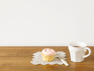 カップケーキとマグカップとフォークの写真素材 [FYI01603038]