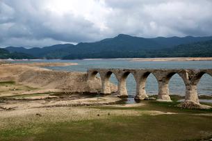 タウシュベツ川橋梁と糠平湖の写真素材 [FYI01603039]