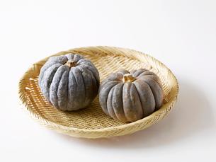 かぼちゃと竹のざるの写真素材 [FYI01603044]