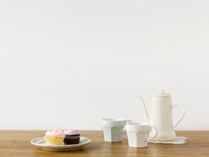 カップケーキとティーセットの写真素材 [FYI01603045]