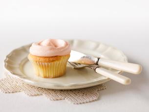 カップケーキと皿とナイフとフォークの写真素材 [FYI01603074]