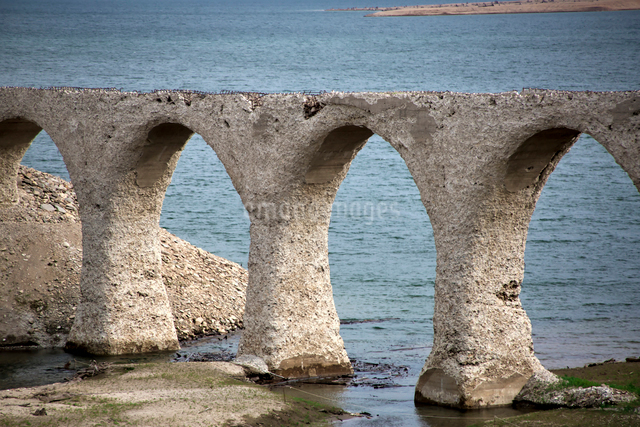 タウシュベツ川橋梁と糠平湖の写真素材 [FYI01603093]
