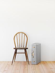 部屋に置かれた椅子とトランクの写真素材 [FYI01603109]