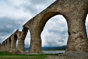 タウシュベツ川橋梁と糠平湖湖底の写真素材 [FYI01603113]