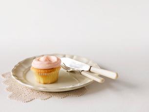 カップケーキと皿とナイフとフォークの写真素材 [FYI01603121]