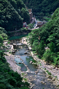 湯原温泉郷を流れる旭川の写真素材 [FYI01603138]